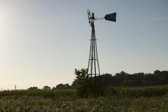 在麦地的被放弃的风车夏令时 免版税库存图片