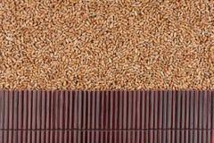 在麦子五谷的美丽的竹席子作为农业背景 免版税库存照片