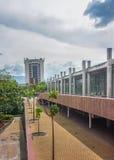 在麦德林低角度视图的现代大厦 库存照片