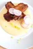 在麦片粥玉米奶油床上的猪肉ribbs 免版税库存图片