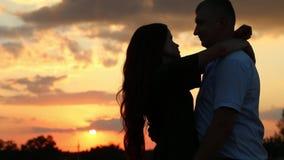 在麦田的日落是在爱的一对夫妇 股票录像
