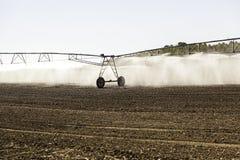在麦田的自动灌溉系统 图库摄影