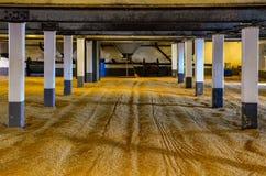在麦粒发芽地板在槽坊,苏格兰上的大麦麦芽 免版税库存照片