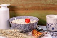 在麦芽连续的草莓在木背景 免版税库存图片