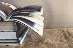 在麻袋布的老课本堆与在上面的书转动的页 免版税图库摄影