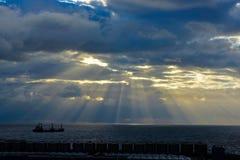 在黄昏与美好的阳光光芒,货船的巴塞罗那口岸 免版税库存照片