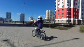 在黄昏太阳,从后面,健康活动概念的看法的逗人喜爱的年轻男孩骑马自行车 孩子在自行车的男孩骑马 股票视频