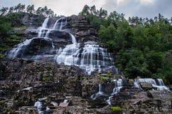 在黄昏期间,Tvindefossen瀑布在挪威在长的曝光拍摄了 免版税图库摄影
