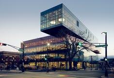 在黄昏的一个现代公立图书馆大厦 库存照片