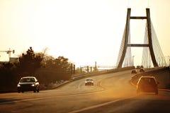 在黄昏的业务量在桥梁 免版税库存图片