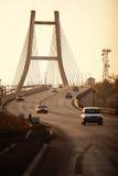 在黄昏的业务量在桥梁 图库摄影