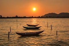 在黄昏的休息的小船在Nai盐水湖 免版税库存照片