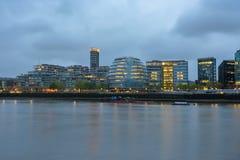 在黄昏的伦敦地平线在一多云天 图库摄影