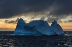 在黄昏的冰山 库存图片