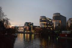 在黄昏的办公楼沿狂欢在柏林德国 图库摄影