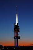 在黄昏的发射机塔 免版税库存图片