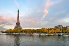 在黄昏的埃佛尔铁塔在有河的塞纳河巴黎前景的 库存照片
