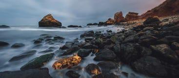 在黄昏的多岩石的海滩风景 傲德萨海滩在冬天 图库摄影