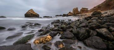 在黄昏的多岩石的海滩风景 傲德萨海滩 免版税库存照片
