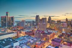 在黄昏的底特律,密执安,美国街市地平线 免版税库存图片