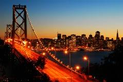在黄昏的旧金山湾桥梁 库存图片