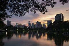 在黄昏的曼谷市美好的地平线,观看从Lumphini公园 库存图片