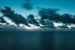 在黄昏的海运和cloudscape 库存图片