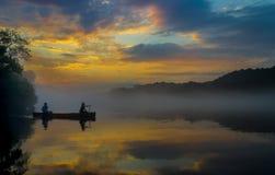 在黄昏的独木舟 库存图片