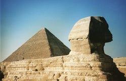 在黄昏的狮身人面象在吉萨棉著名的金字塔-古老世界的前依然是的七奇迹旁边-埃及-非洲 库存照片
