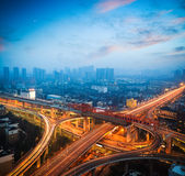 在黄昏的都市天桥 免版税图库摄影