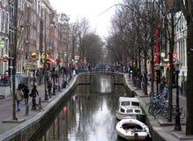 在黄昏的阿姆斯特丹的有启发性运河 库存图片