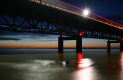 在黄昏的麦基诺桥 免版税库存图片