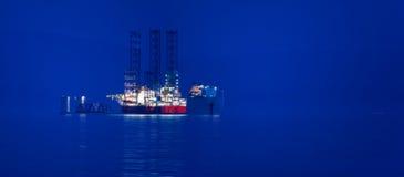 在黄昏的货船 免版税库存照片