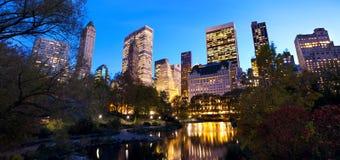 在黄昏的NYC中央公园 免版税库存图片