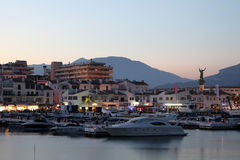 在黄昏的Puerto Banus。 Marbella,西班牙 图库摄影