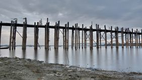 在黄昏的U Bein桥梁 Amarapura 曼德勒地区 缅甸 图库摄影