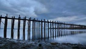 在黄昏的U Bein桥梁 Amarapura 曼德勒地区 缅甸 免版税图库摄影