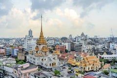 在黄昏的Wat Traimit入口在曼谷,泰国 免版税库存图片