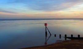 在黄昏萨福克英国的沿海场面 免版税库存图片