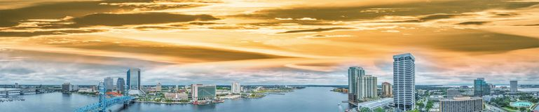 在黄昏,佛罗里达的杰克逊维尔空中全景 免版税库存照片