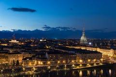 在黄昏,托里诺,意大利,与痣Antonelliana的全景都市风景的都灵地平线在城市 风景五颜六色的光和戏曲 图库摄影