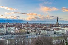 在黄昏,托里诺,意大利,与痣Antonelliana的全景都市风景的都灵地平线在城市 风景五颜六色的光和戏曲 免版税库存照片