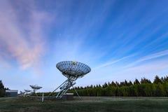 在黄昏,机智期间的Westerbork综合无线电望远镜WSRT 免版税库存照片