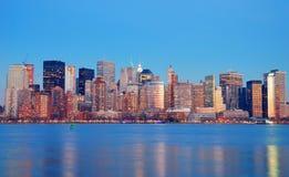 在黄昏,纽约的曼哈顿地平线 免版税库存照片