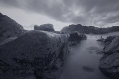 在黄昏,蓝色小时的喜怒无常的海景 库存照片