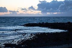 在黄昏-加那利群岛,特内里费岛,西班牙的海滩-图象 免版税库存图片