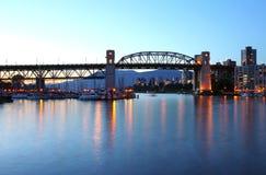 在黄昏BC温哥华的Burrard桥梁。,加拿大。 免版税库存图片