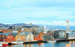 在黄昏Troms挪威的Romso都市风景 免版税库存照片