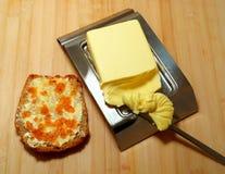 在黄油鱼子酱上添面包 图库摄影