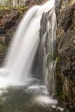 在黄石国家公园怀俄明,WY美国,旅游业和休闲旅行摄影的美丽的瀑布 免版税库存照片